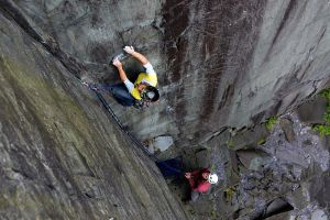 Becky Lounds settling into the middle section on German Schoolgirl (E2 5c)